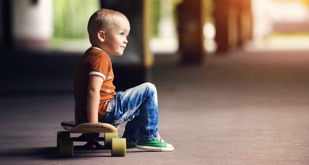 graphicstock-cute-little-boy-with-his-skateboard-on-a-walk-in-the-city_SClE4XPp-Z